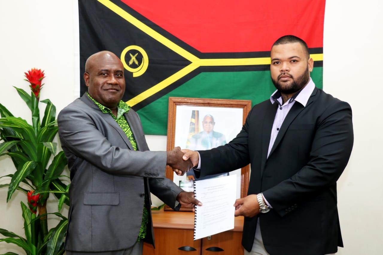 Image of Nazario Fiakaifonu shaking hands with a Vanuatu Minister